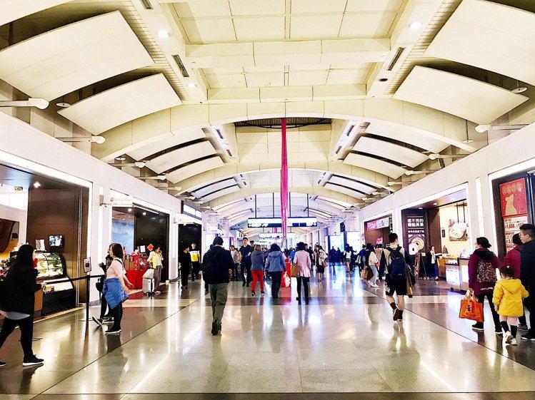 看好新北環狀線通車人潮,環球購物中心板橋車站聯合30品牌推買一送一、消費滿額送、...