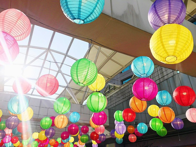 環球購物中心板橋車站的燈籠海,是春節熱門拍照景點。記者江佩君/攝影