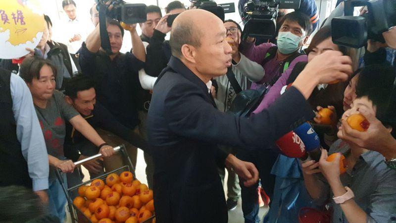 高雄市長韓國瑜上午市政會議前發送橘子給在場媒體。記者蔡孟妤/攝影