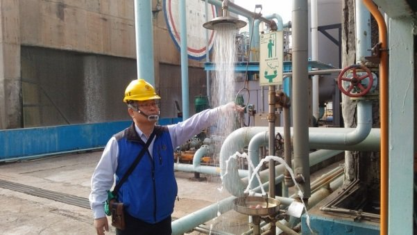 大林煉油廠長陳正喜率領相關主管親赴各工場進行安全檢查。 圖/中油提供