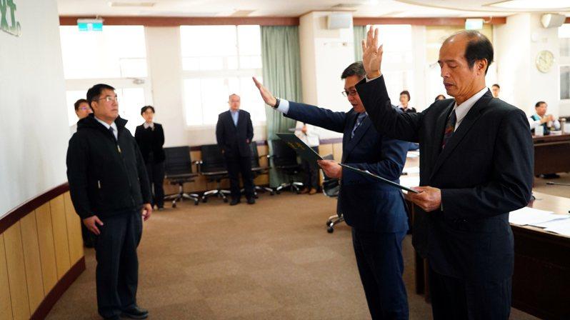 台南市經發局長陳凱凌(右二)、社會局長陳榮枝(右一)今宣誓就職。圖/台南市政府提供