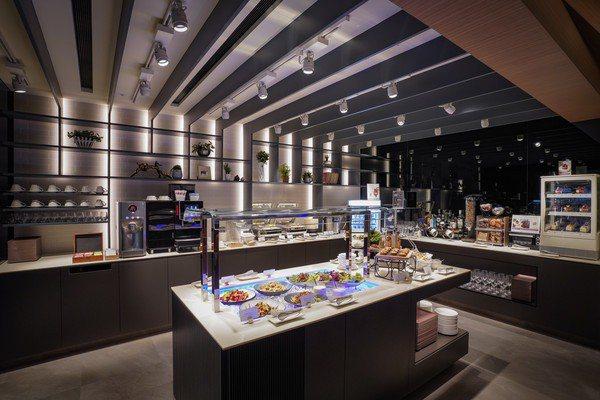 星宇航空貴賓室自助餐檯,有多種人氣美食。圖/星宇航空提供
