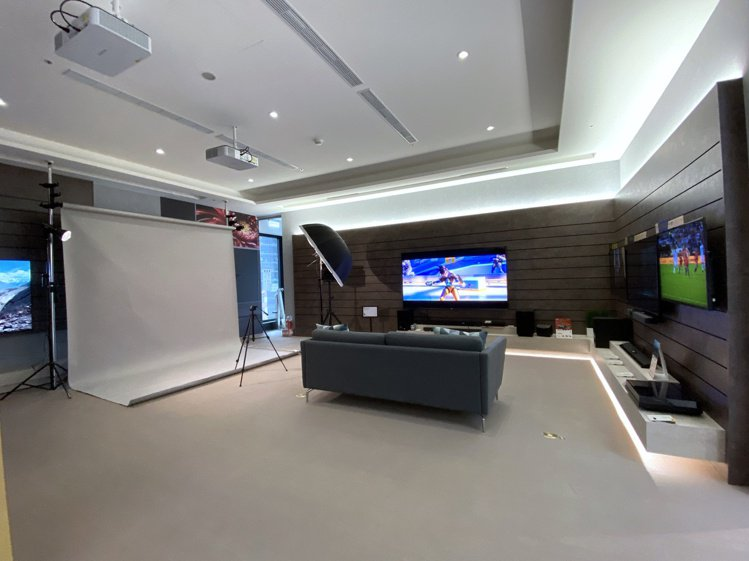 店內規劃全台首創的Studio空間,提供多元主題活動運用,平日下午還提供棚拍形象...