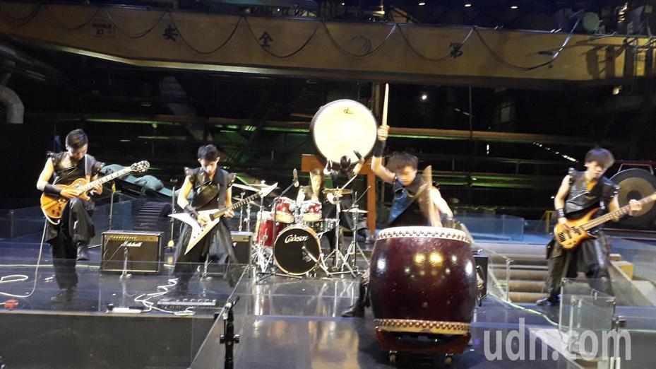 「十鼓手合鐵鼓樂團」演出搖滾鼓樂。記者周宗禎/攝影