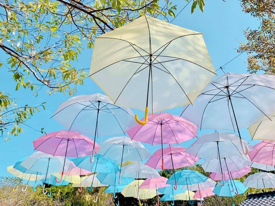 合興愛情車站裝置藝術「愛的小傘」 成熱門打卡景點,這次還有粉色系列,增添浪漫。圖/新竹縣九讚頭文化協會提供