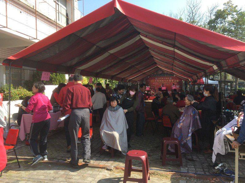嘉義縣大林鎮公所在今日上午舉辦低收入戶餐會,現場增加義剪活動,由美髮師為民眾剪髮。圖/大林鎮公所提供
