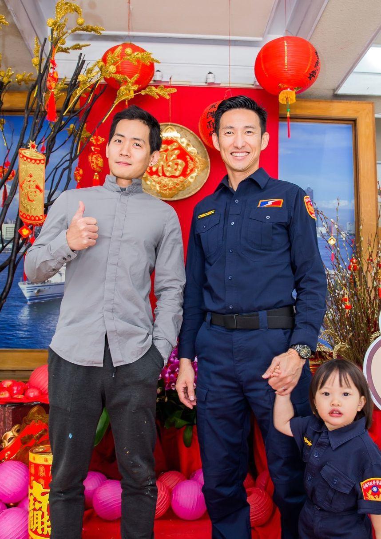 高雄市警保大警衛中隊長陳又敬(右)與役男孫靈豪(左)「2帥」,是「Guardian(保護者)」彩繪牆的催生者。記者林保光/翻攝
