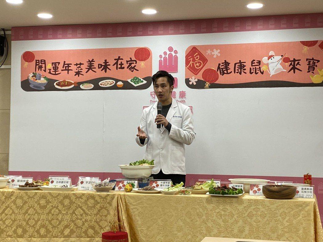 好食課營養師楊哲雄表示,民眾過年期間最愛吃零食,雖堅果種子類的營養價值高,但仍屬...