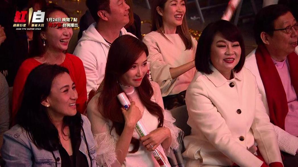 林志玲害羞看著老公表演。圖/台視提供