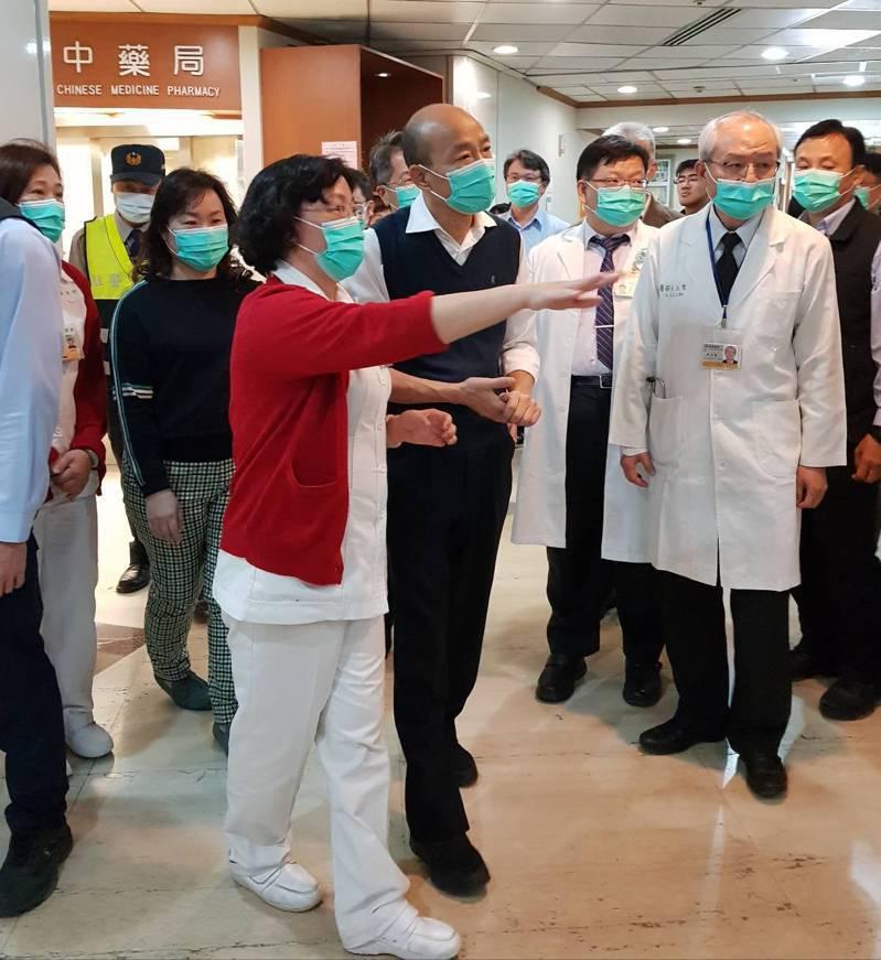 高雄市長韓國瑜今與衛生局林立人前往高雄市立鳳山醫院,視察類流感門診整備情形,並親自走訪醫院急門診動線,確保就醫分流機制運行順暢。圖/高雄市衛生局提供