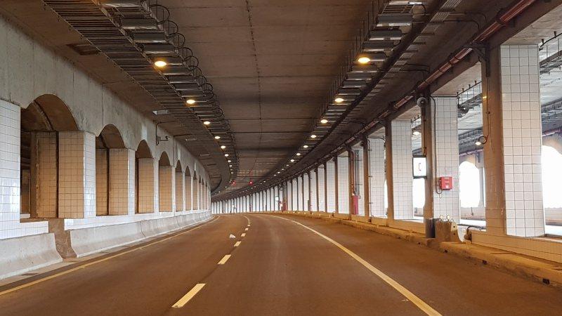 西濱快速公路新豐1交流道至鳳崗路口段主線道路明天下午4點開放行駛,鳳鼻隧道限高4.6公尺。記者黃瑞典/攝影