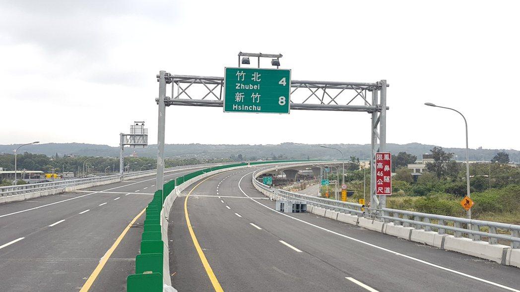 西濱快速公路新豐1交流道至鳳崗路口段主線道路今天(22)下午4點開放行駛。記者黃...