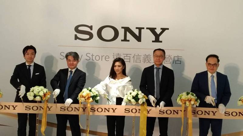 Sony全新直營門市開幕,為全台最大的旗艦直營店面,左起為台灣索尼消費性電子產品行銷總部協理森山友嵩、總經理千葉雄三、Sony年度耳機代言人艾怡良、遠東百貨商品本部副總經理劉志成、管理本部副總經理湯治亞。記者張義宮/攝影