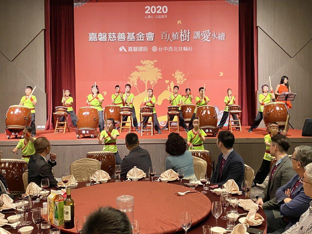活動同時也在麗寶福容大飯店舉辦餐會,與辛苦一年的弱勢團體共同進餐,分屬不同團體的...