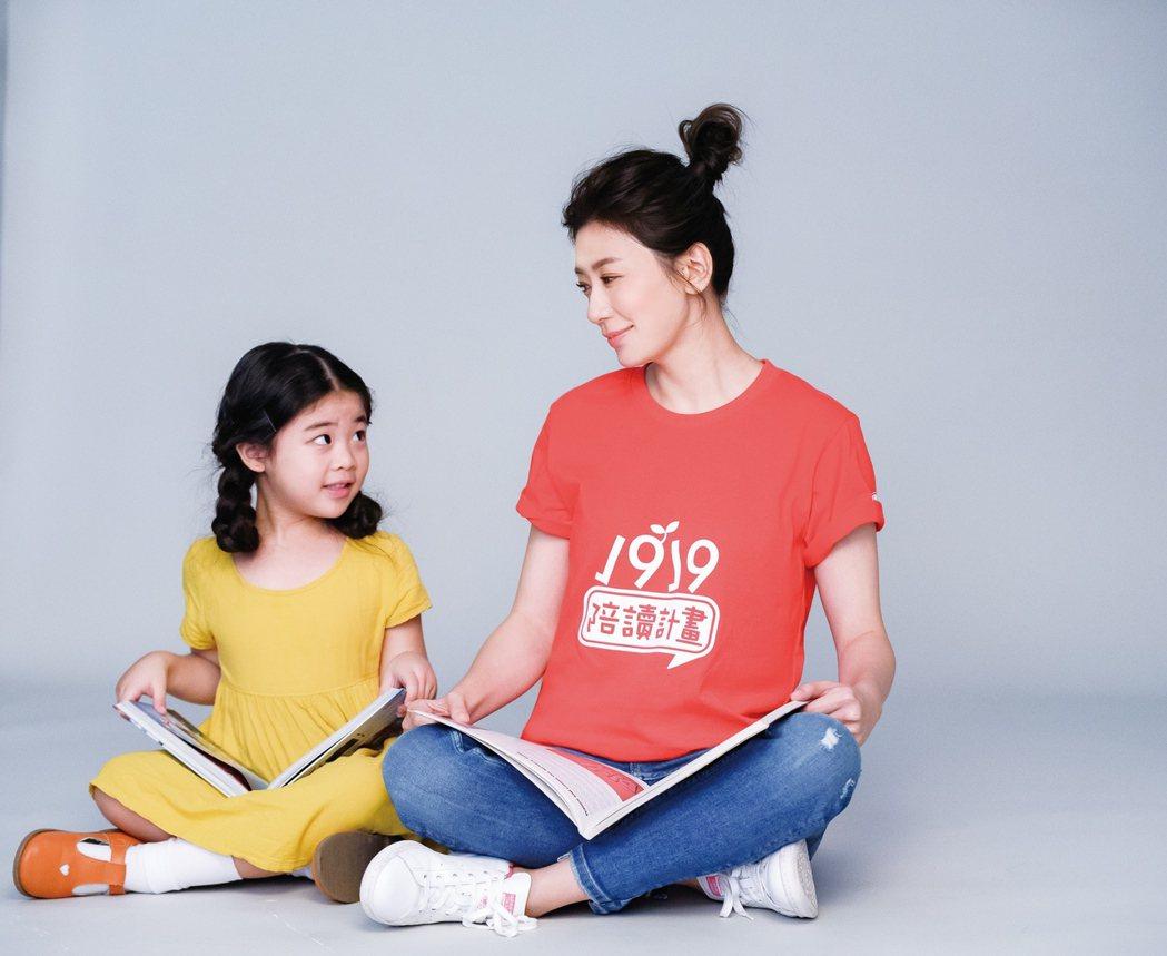 賈靜雯(右)關心沒有年夜飯的弱勢家庭孩子。圖/中華基督教救助協會提供