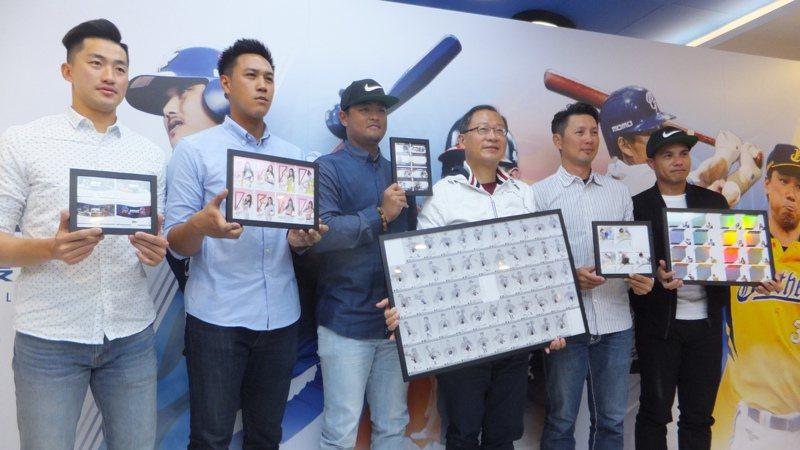 中職球員卡上市,吳昇峰(左起)、楊志龍、王躍霖、中職會長吳志揚、高志綱、張正偉一起亮相造勢。記者藍宗標/攝影