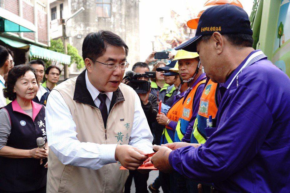 台南市長今天下午慰勞辛苦的清潔隊員。記者鄭惠仁/攝影