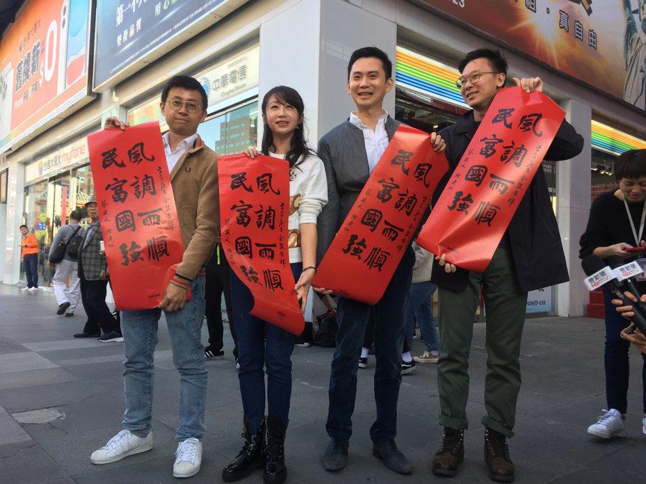 農曆春節將至,民進黨台北市議員許淑華及「勇敢樂團」重出江湖,今天於信義商圈發春聯。記者張世杰/攝影