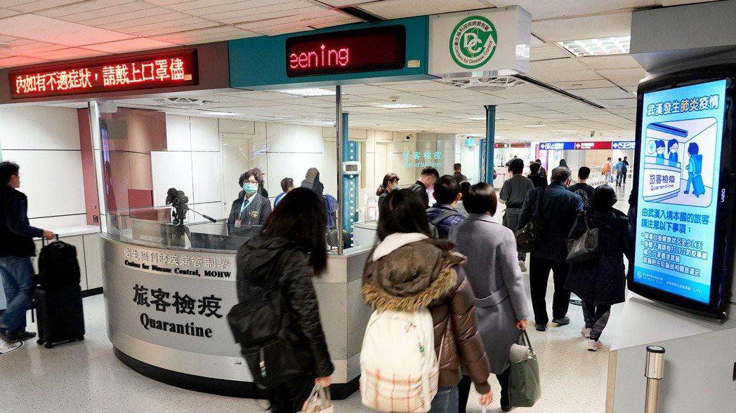 武漢肺炎疫情持續,疾病管制署在桃園機場入境長廊發燒篩檢站製作標語提醒旅客注意自身...