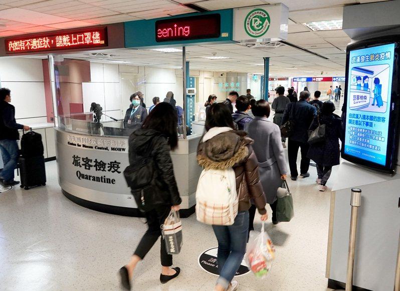 武漢肺炎疫情持續,疾病管制署在桃園機場入境長廊發燒篩檢站製作標語提醒旅客注意自身健康狀況。本報資料照片