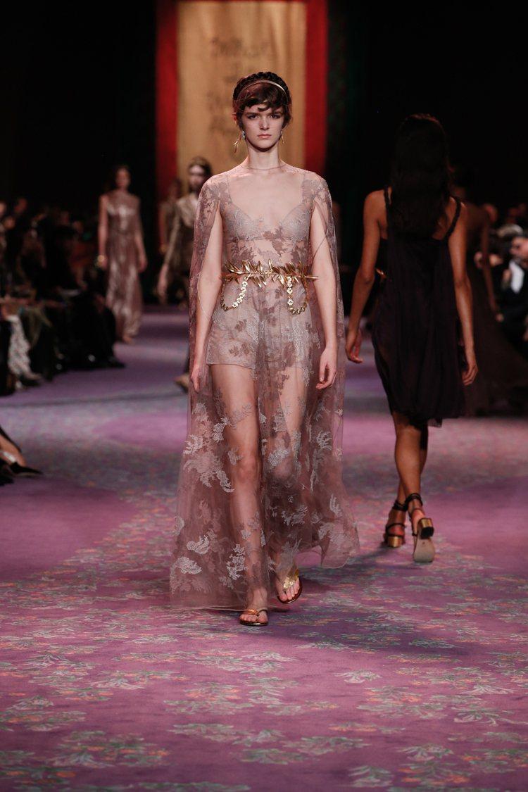 品牌經典刺繡工藝和金色麥穗飾品的點綴,展現女神的高貴奢華。圖/DIOR提供
