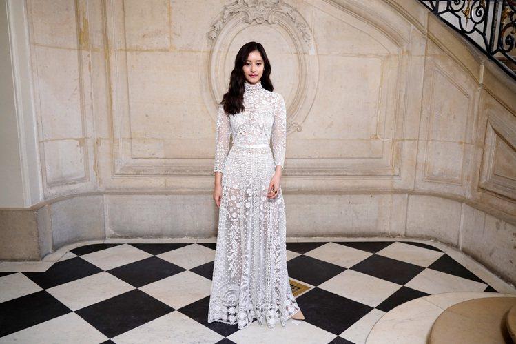 日本女星新木優子以優雅的法式刺繡裙裝出席高訂秀。圖/DIOR提供