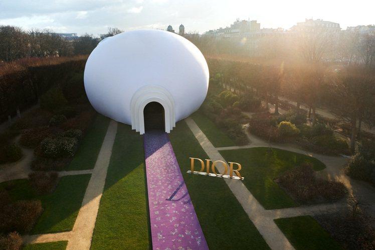 Judy Chicago以她心中的巨型女神雕像打造一個碩大的展場。圖/DIOR提...