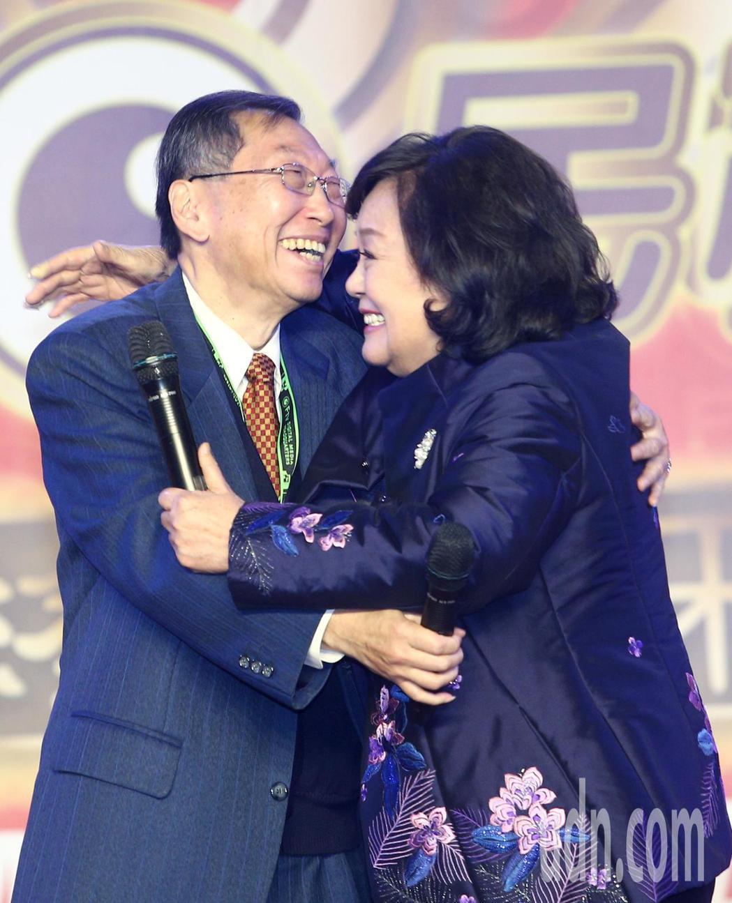 民視董事長王明玉(右)晚上民視尾牙的台上深深一抱總經理廖季方(左),感謝他一起帶...