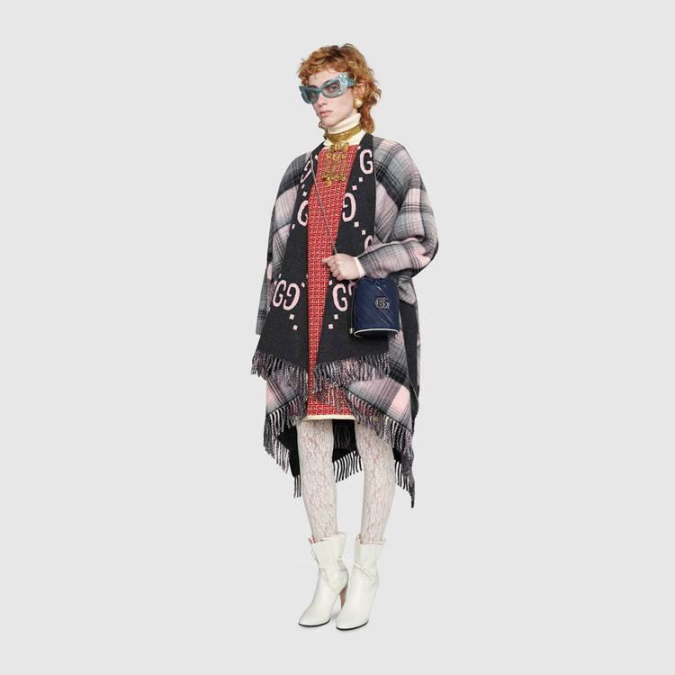 GG Marmont新品以海軍藍條紋衍縫皮革包身搭配白色皮革滾邊,既能搭配休閒感...