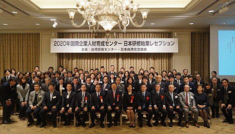 貿協秘書長葉明水參加國企班日語組日本海外研習的開訓典禮大合照。貿協提供