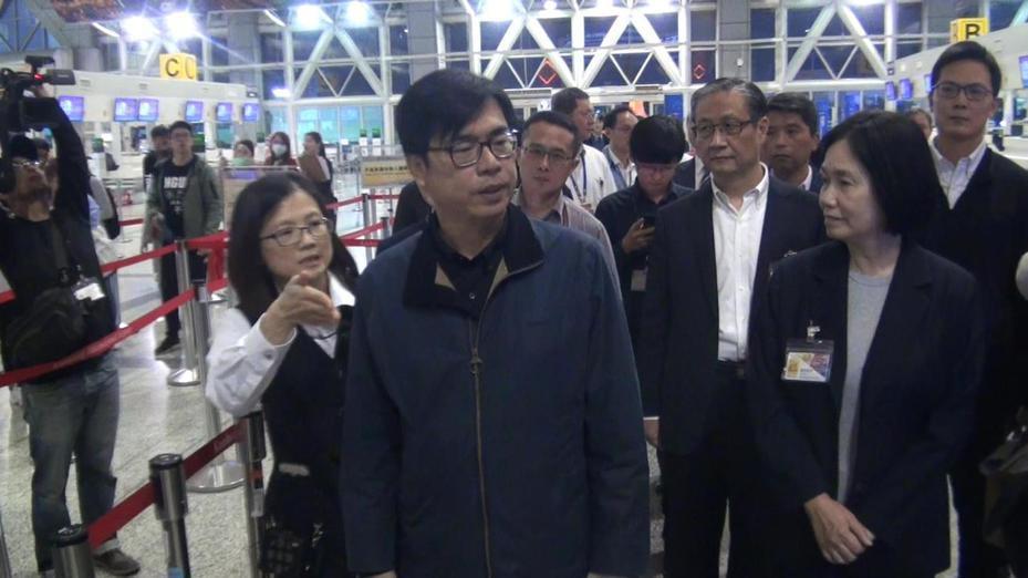 陳其邁昨晚視察高雄國際機場防疫情形並慰勉相關人員。記者王昭月/攝影