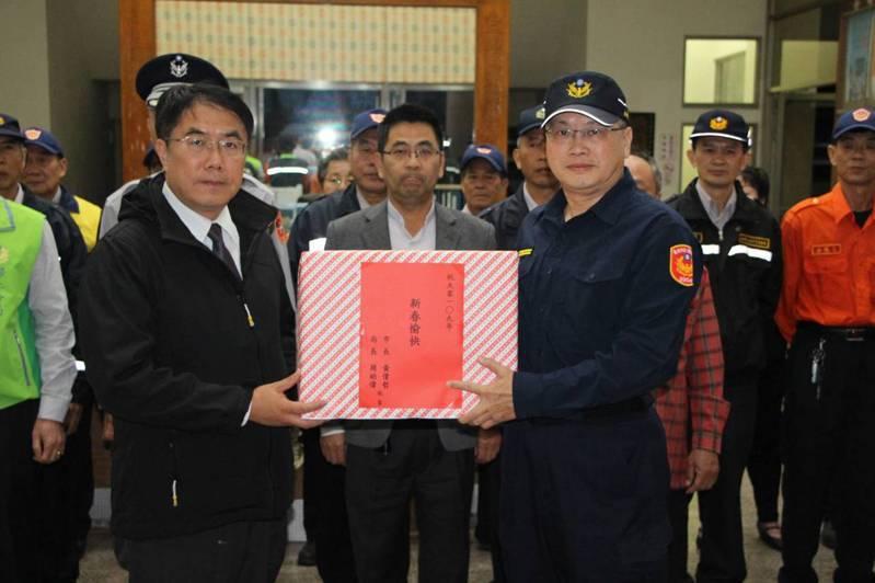 市長黃偉哲晚間率隊慰問執勤員警消防與志工。圖/陳建華提供