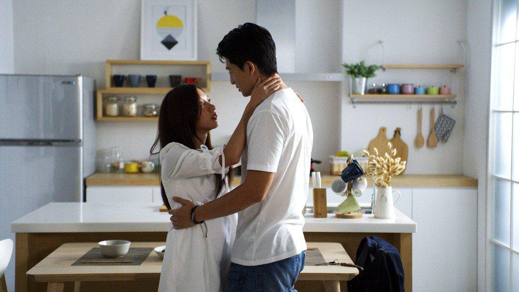 陳妤(左)與呂晉宇上演親密戲。圖/WebTVAsia Taiwan提供