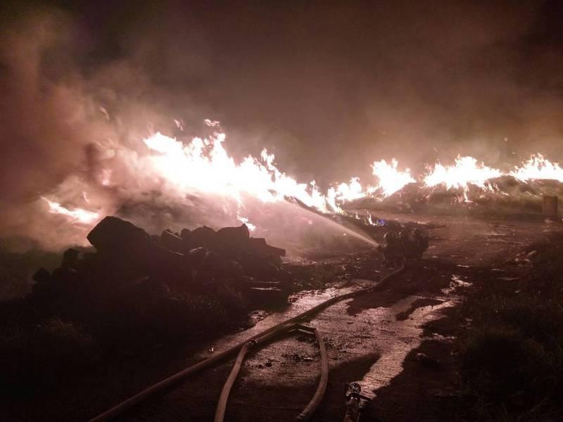 桃園市虎頭山垃圾場前晚大火,消防動員近200人,約12小時撲滅。圖/消防局提供