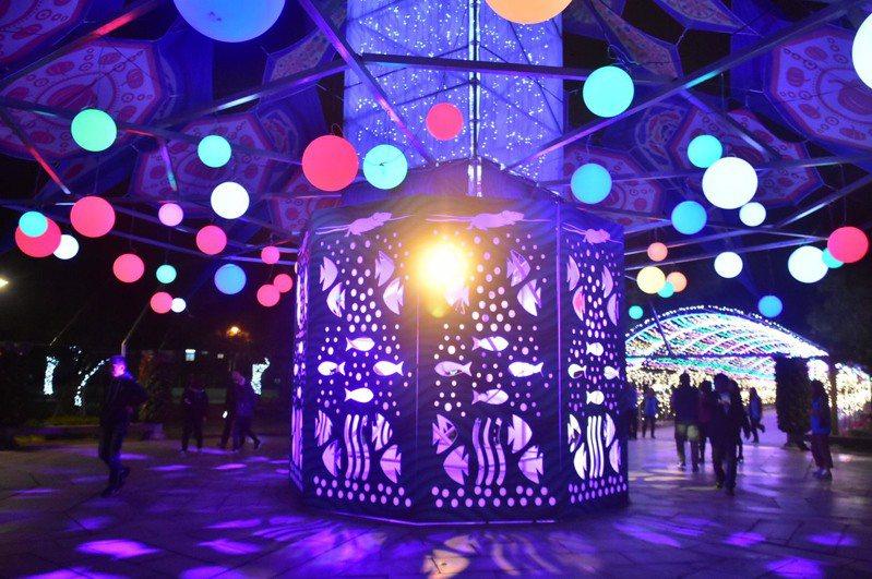 宜蘭員山燈節主燈今晚試點亮相,是一座湧泉意象的大型裝置藝術。圖/員山鄉公所提供