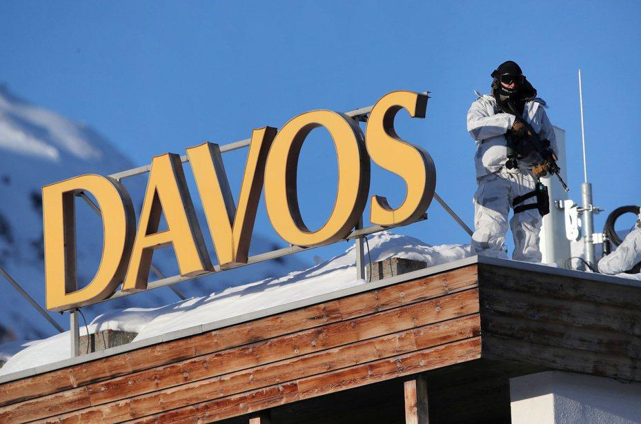 達沃斯世界經濟論壇盛大開幕,警方在會場屋頂戒備。路透