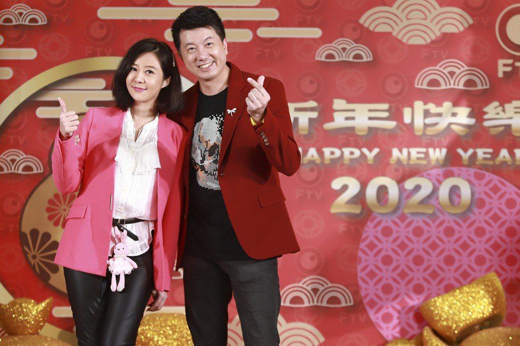 吳皓昇(右)、文汶夫妻出席民視尾牙。圖/民視提供