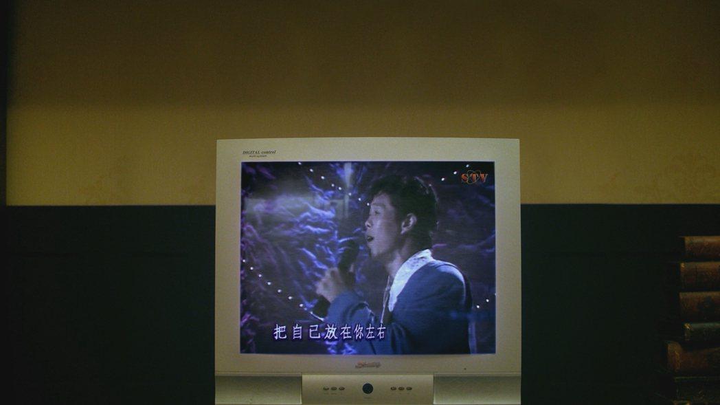 「國際橋牌社」戲中還原楊烈演唱招牌曲「如果能夠」畫面。圖/friDay影音提供