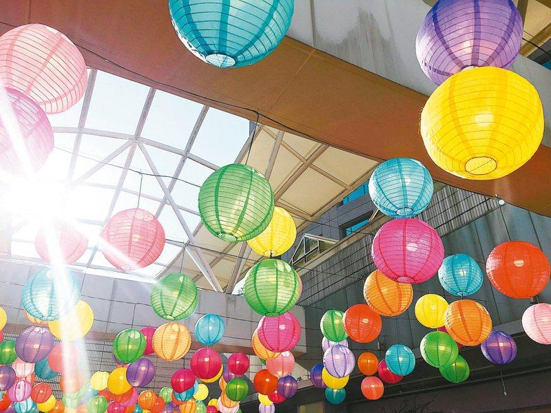 環球購物中心板橋車站的燈籠海,是春節熱門拍照景點。 記者江佩君/攝影