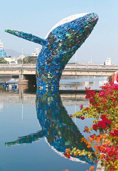 由15噸在地廢塑料垃圾打造而成的鯨魚環境藝術裝置「愛河.愛之鯨」,昨起在七賢橋愛...