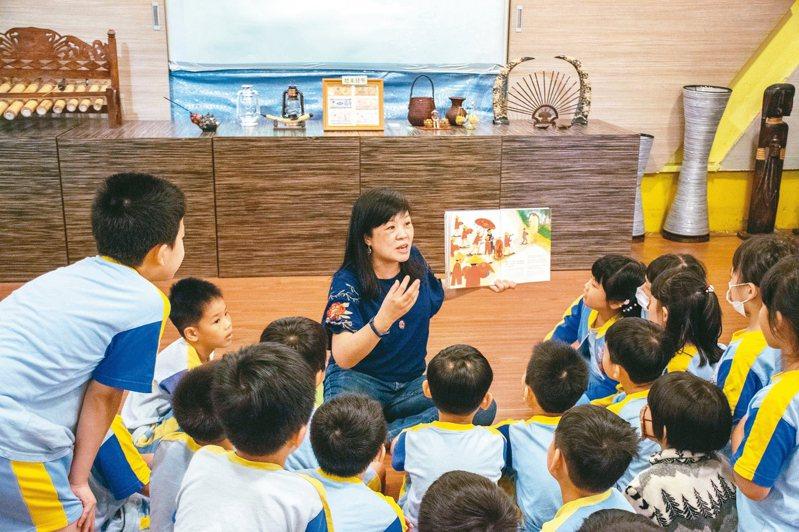 準校長、金龍國小主任楊小梅,9歲時因為越戰舉家移民台灣,她是全國首位新住民準校長。 圖/新北市教育局提供