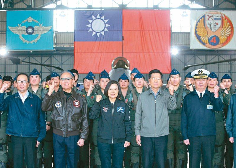 蔡英文總統(中)昨天上午慰勉空軍第四戰術戰鬥機聯隊,頒發加菜金。 記者葉信菉/攝影