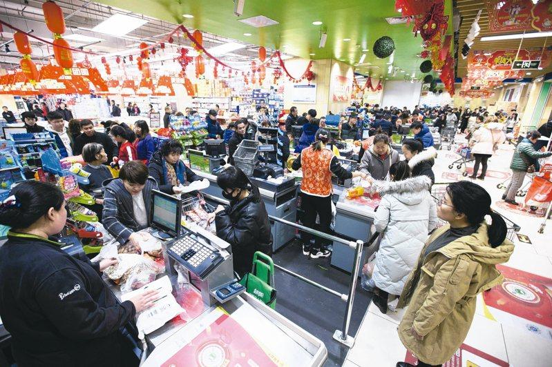 去年大陸居民人均可支配收入首次突破3萬元人民幣,其中上海人以6萬9442元高居榜首。民眾勇於消費,連6年成為大陸經濟增長的第一拉動力。 (中新社)