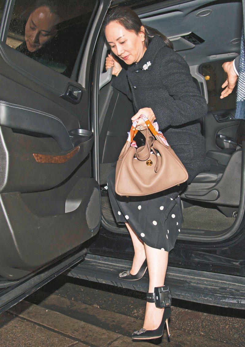 華為財務長孟晚舟廿日在溫哥華出庭,下車時露出腳踝上的定位追蹤器。 (美聯社)