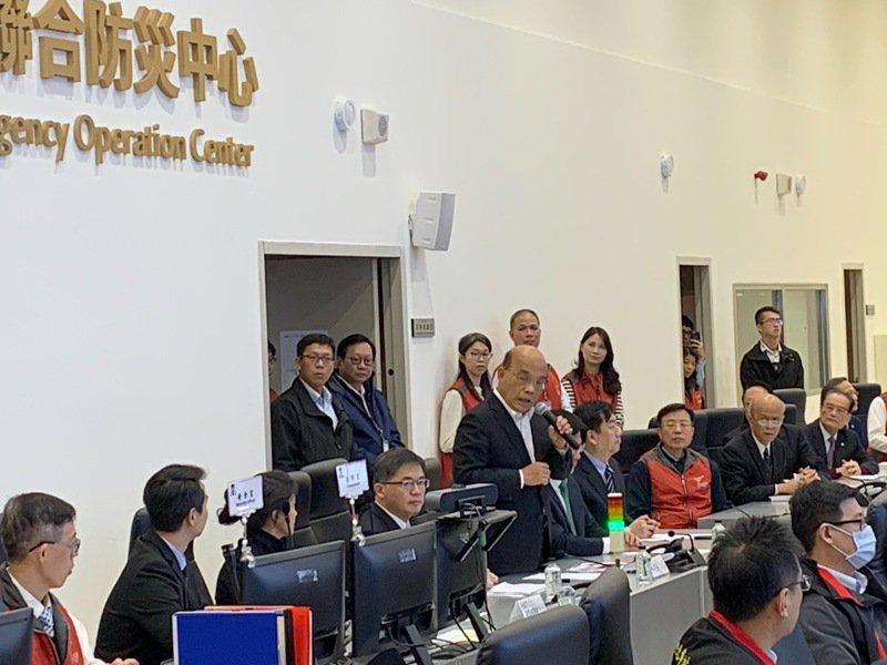 行政院長蘇貞昌昨視察台北車站疏運情況,並慰勞勉勵鐵警局人員。 圖/記者廖炳棋翻攝