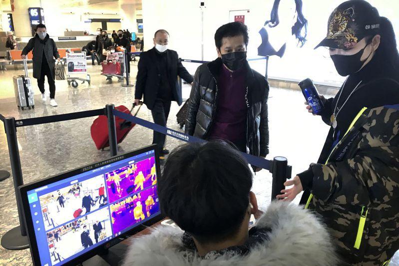 交通部研議暫停武漢航線,請航空公司評估,圖為武漢機場健康檢查站。 (美聯社)