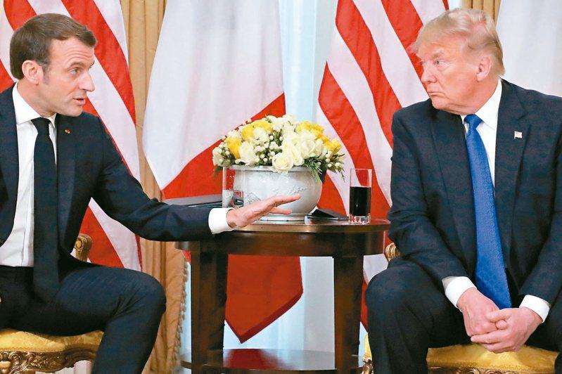 法國總統馬克宏(左)與美國總統川普(右)同意針對科技業「數位稅」的爭議停火。 (路透)