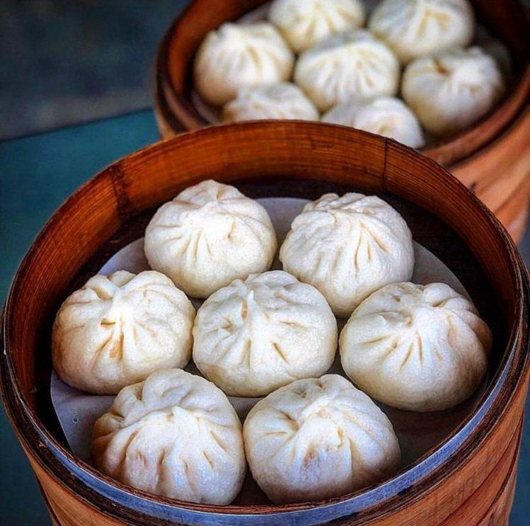 每顆10元的小籠包,麵皮一口咬下有麵香。圖/FB/Blog: 舞食旅台灣。am...