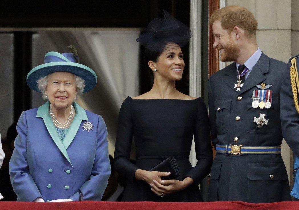 哈利夫婦2018年在白金漢宮,陪女王觀看英國皇家空軍成立一百周年紀念活動。(美聯...