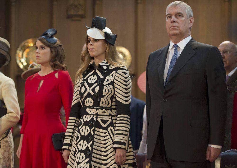 安德魯王子(右)未幫女兒碧翠絲(左)和尤金妮(中)拒絕殿下頭銜。(路透)